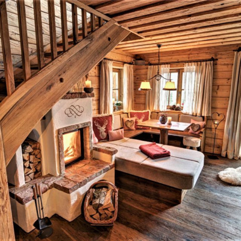 Der kuschelige Kamin in der BERGHERZ Lodge
